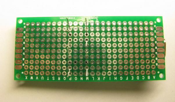 Ryc. Wystające od spodu płytki 3x7 nóżki tranzystorów: T1, T2, T3 i T4.