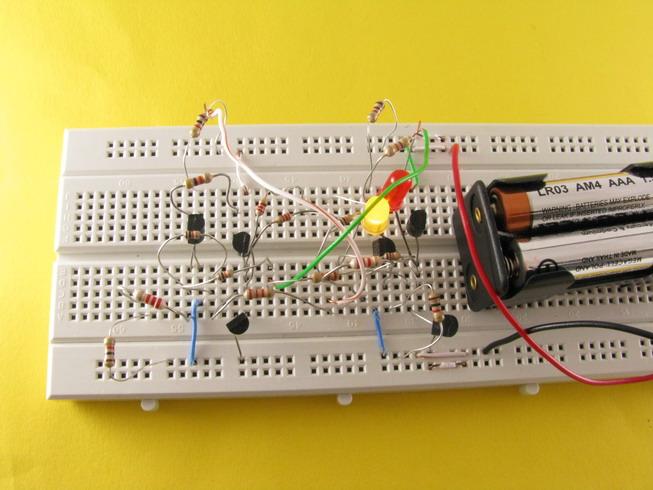 Ryc. 4 Po zwarciu przełącznika S1 (tu zastąpionego zworką) świeci się dioda żółta.