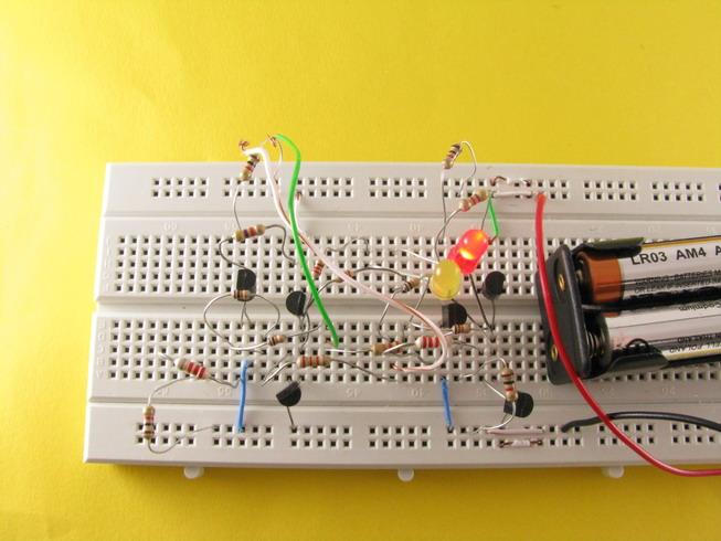 Ryc. 5 Po zwarciu przełącznika S2 (tu zastąpionego zworką) świeci się dioda czerwona.